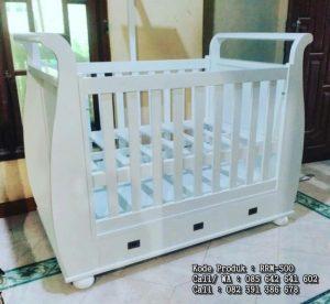 Tempat Tidur Bayi Putih Berlaci